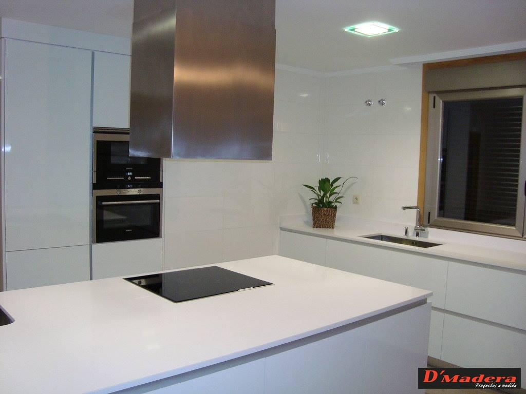 cocina de luxe blanco con silestone color absolut