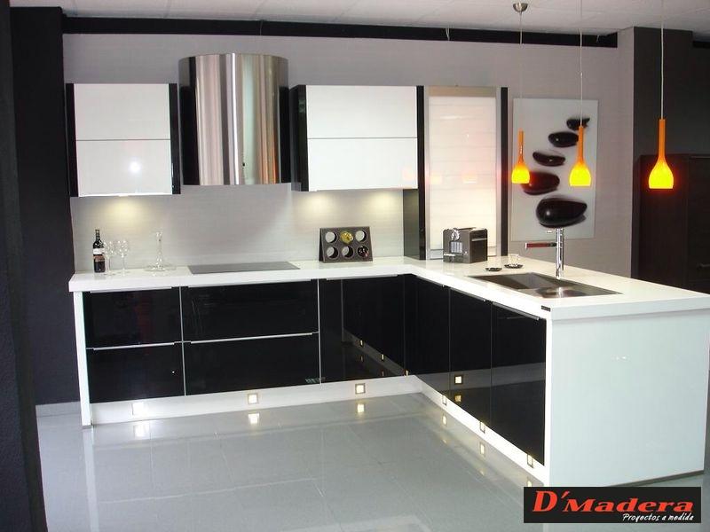 Cocina luxe blanca y negra for Disenos de muebles de cocina colgantes