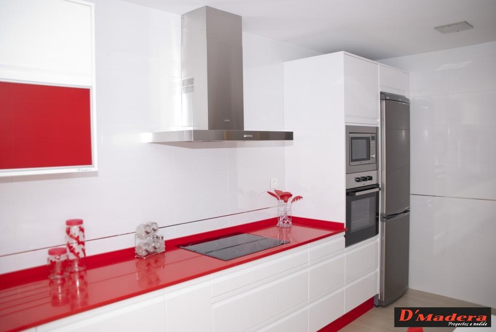 Muebles de cocina blancos con encimera roja - Cocinas rojas y blancas ...