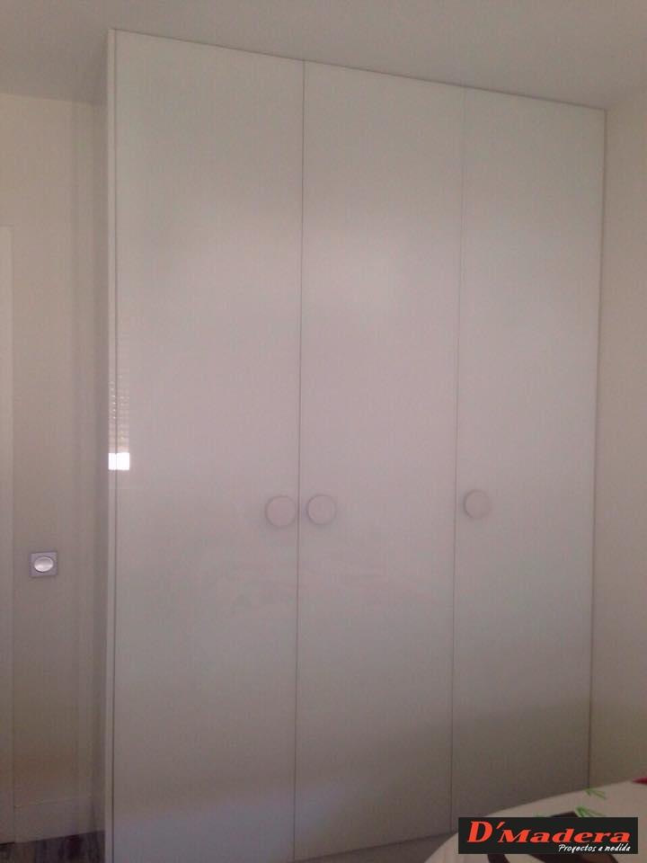 Habitaci n juvenil blanca con escritorio mesilla y armario for Armarios habitacion